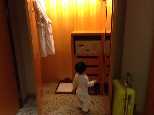 一到飯店房間就忍不住要去衣櫃裡佔地盤