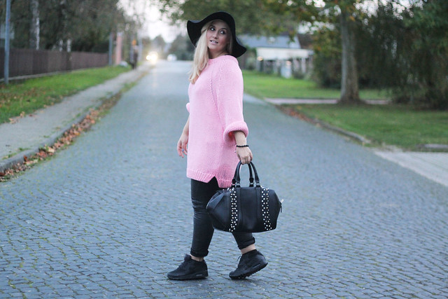 outfit barbie girl pinker strickpullover lederhose hut nike air max fashion passion love. Black Bedroom Furniture Sets. Home Design Ideas