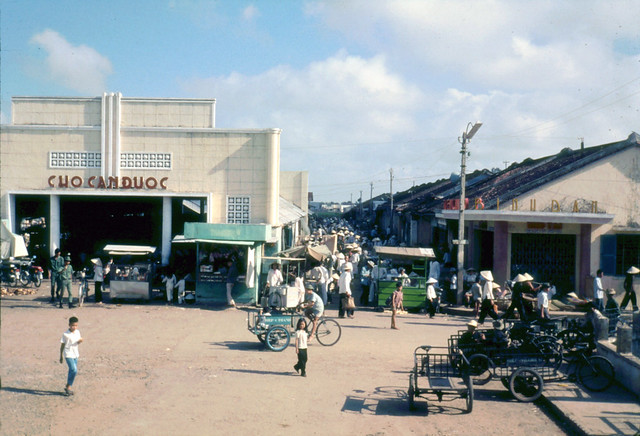 LONG AN 1968 - Chợ Cần Đước - market place - Photo by Laurie John Bowser