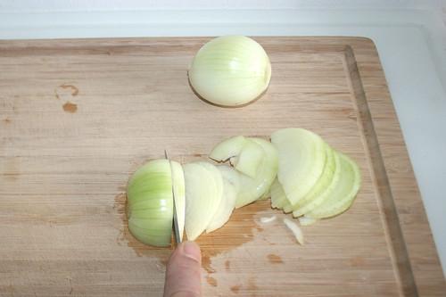 15 - Zwiebeln in halbe Ringe schneiden / Cut onions in half rings