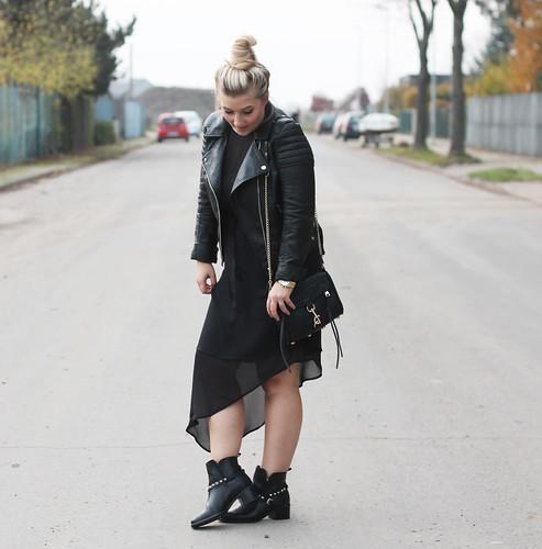 outfit-fashionblog-h&m-maxikleid-kombinieren-boots-nieten-tasche-rebeccaminkoff