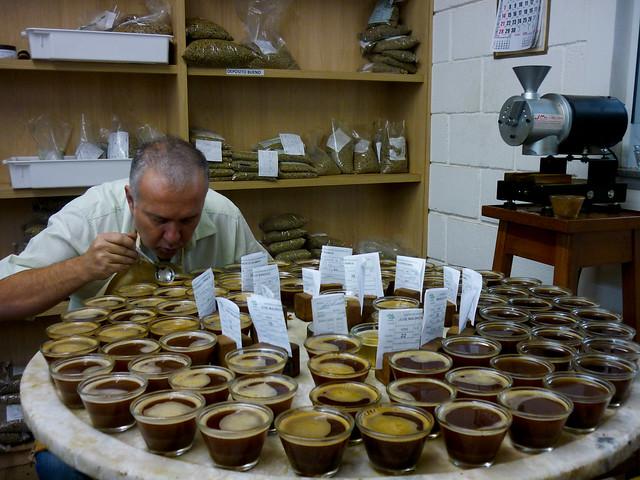 Sr. Aires selecionando cafés