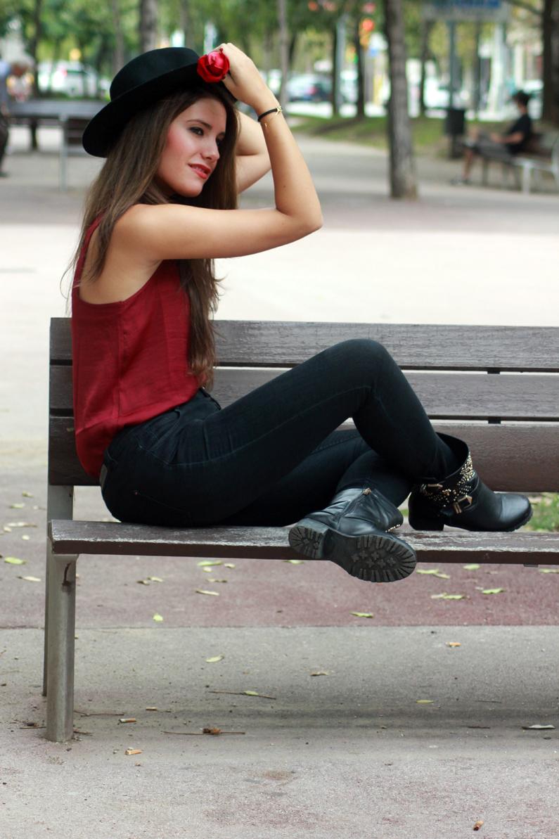 sombrero-negro-stradivarius---camiseta-burgundy-y-botas-XTI-HEELSANDROSES-(2)