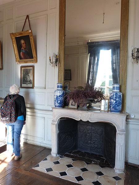 cheminée et pots bleus