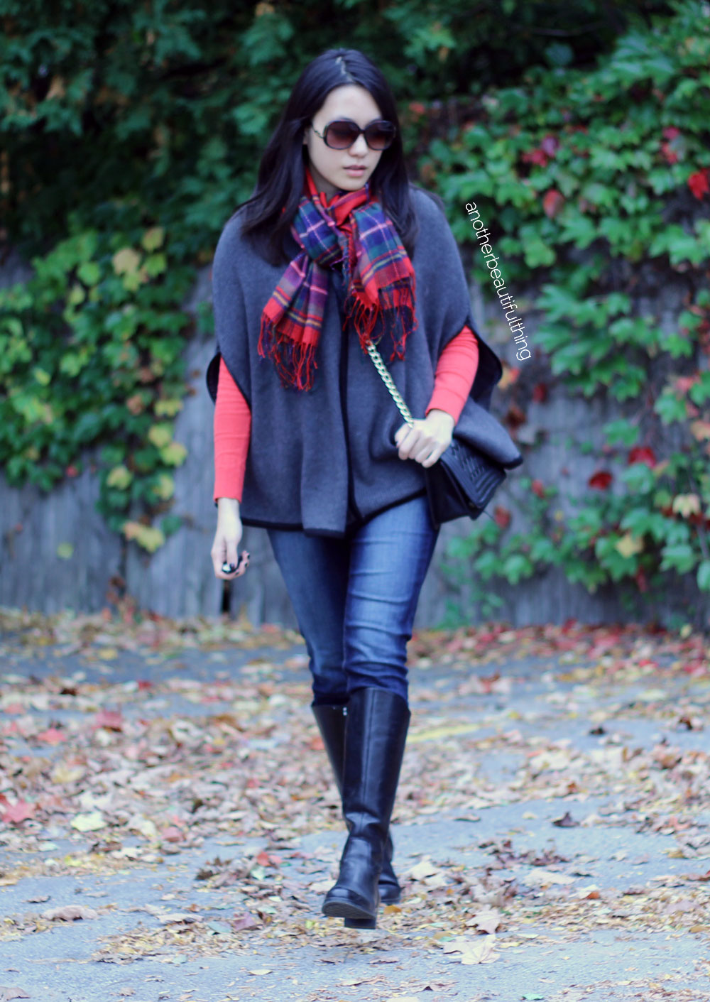 Fall outfits with ponchos || Gray poncho and red plaid scarf