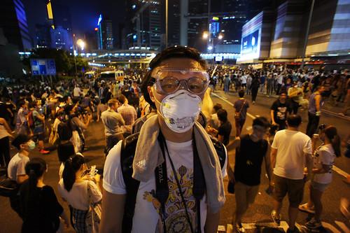不曾想過,會在香港親歷催淚彈;不曾想過,在香港採訪需要如此裝備。那夜,我在香港經歷催淚彈(2014年9月28日晚,香港金鐘夏慤道。蔡俊業攝)