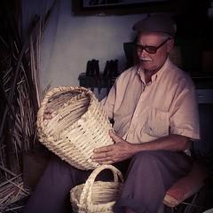 La magia que desprende un artesano contemplando la creación entre sus manos curtidas por una fibra vegetal. D. Eulogio Concepción, cestero, maestro artesano del pírgano (raquis de la hoja de la palmera) en su taller en Haría.   #haría #Lanzarote #canaryis