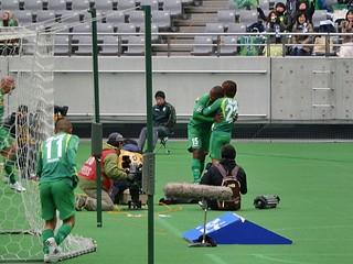 和田選手に抱きつくジョジマール選手