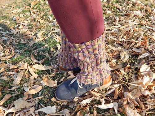 ноги в гетрах на листьях 5 позиция