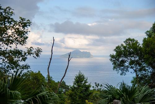 遠方的龜山島,圖片作者:LIN SHU HUNG,圖片來源:https://www.flickr.com/photos/alex1923/7913576148,本圖符合CC授權使用。