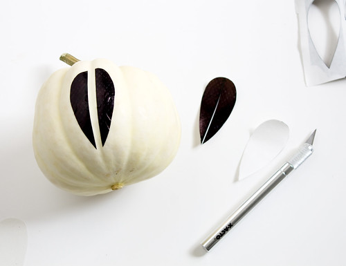 DIY Catherineholm Pumpkins | Learn how to make these mid-century style pumpkins for your Thanksgiving tablescape with just a few materials | www.vitaminihandmade.com