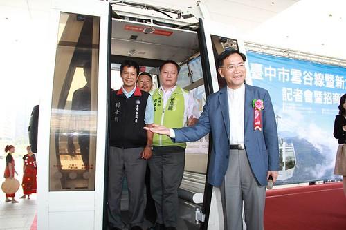 台中市府規劃的新大線和雪谷線纜車,並舉辦盛大的招商啟動記者會,還弄來二台纜車車廂造勢。圖片來源:台中反纜車陣線