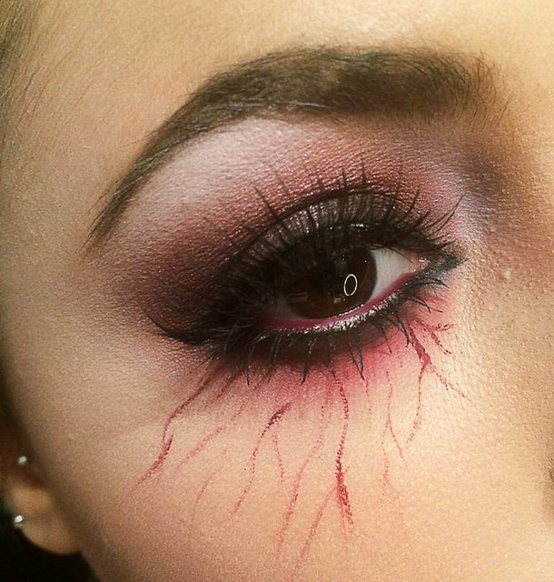 maquillage halloween yeux rouge