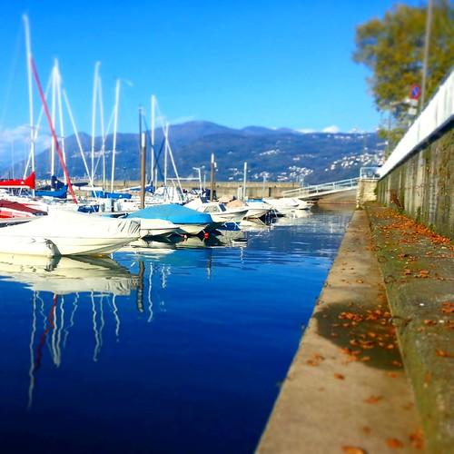autumn italy lake water colors foglie boats lago harbor italia blu barche porto s3 autunno colori lombardia lagomaggiore lungolago luino