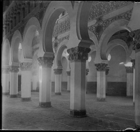 Sinagoga de Santa María la Blanca hacia 1915. Fotografía de Aurelio de Colmenares y Orgaz, Conde de Polentinos Ⓒ Fototeca del IPCE, Ministerio de Educación, Cultura y Deporte. Signatura DCP-A-2634_P