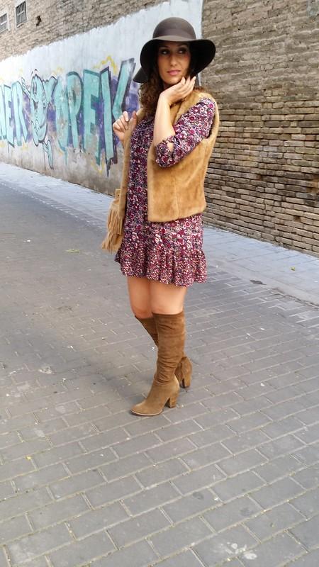 Vestido, floral, violetas, chaleco pelo beige, botas mosqueteras caqui, bolso de flecos beige, pamela marrón, boho, floral print dress, purple, beige hair vest, khaki over knee boots, beige fringed handbag, brown pamela, Suiteblanco, United Colors of Benetton, Zara, Parfois