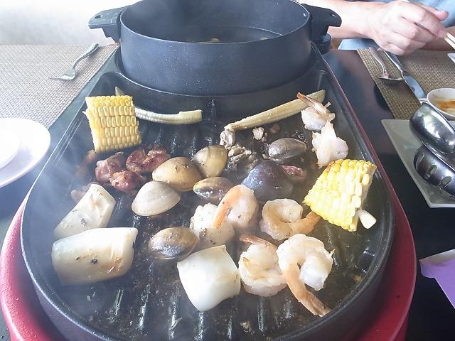 <p>換気扇がないので、煙をかぶり、油は跳ねるわ、大騒ぎ!<br /> <br /> 食材はどれもおいしいですよ。</p>