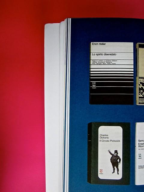 Adelphiana, AAVV. Concezione grafica di Matteo Codignola e Roberto Abbiati; impaginazione di Matteo Spagnolo; fotografie di Luca Campigotto. Illustrazione a colori disposte su una griglia ortogonale su fondo blu, a pag. 44 (part.), 1