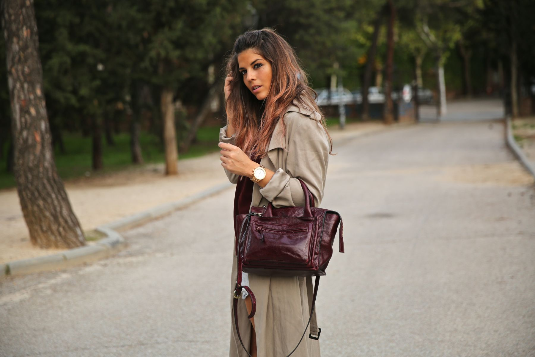 trendy_taste-look-outfit-street_style-ootd-blog-blogger-fashion_spain-moda_españa-boho-hippie-gabardina-botines_camperos-booties-gabardina-raincoat-burgundy_bag-zara-5