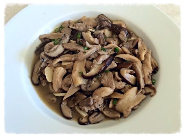 Stir-fried oyster and shiitake mushrooms with garlic 素炒雙菇