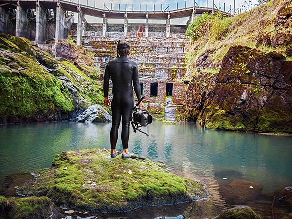 O Matt Stoecker στο φράγμα Elwha λίγο πριν αυτό καταστραφεί και φέρει το οικοσύστημα του ποταμού όπως ήταν παλαιότερα... | Photo (c) DamNation Collection