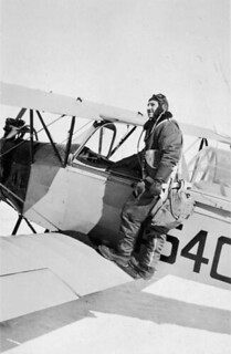 S.S. Shulemson with Fleet Finch II aircraft, No. 3 Elementary Flying Training School, RCAF, London, Ontario, 1942 / S.S. Shulemson sur l'avion Fleet Finch II à la 3e École élémentaire de pilotage de l'ARC à London (Ontario), en 1942