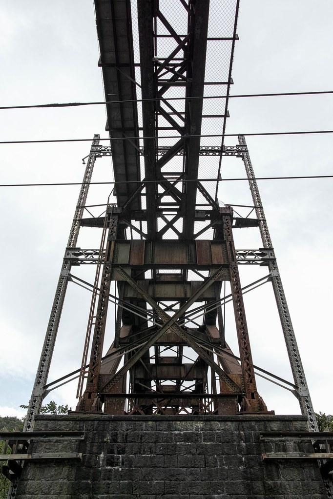 立場川鉄橋を真下から見上げる