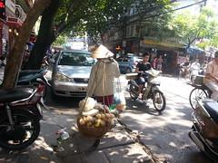 Mujer cargando productos para vender