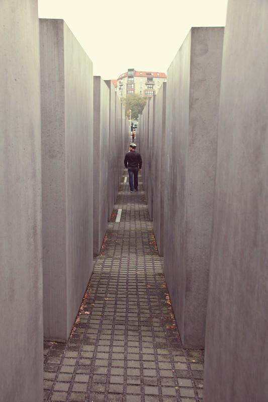 Juutalaisen muistomerkin sisällä