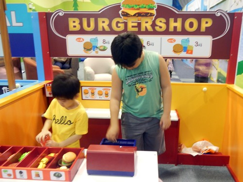 Kidzooona-Robinsons-Galleria-burger-shop, Kidszooona, Robinsons-Galleria, role play, fee, card-game,amusement-kids,Kidzoona-Manila, Kidszooona-AEON-Fantasy-Japan, Kidszooona Philippines