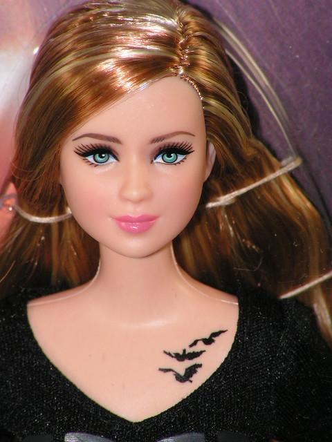 2013 Barbie Divergent Tris BCP69 (1)