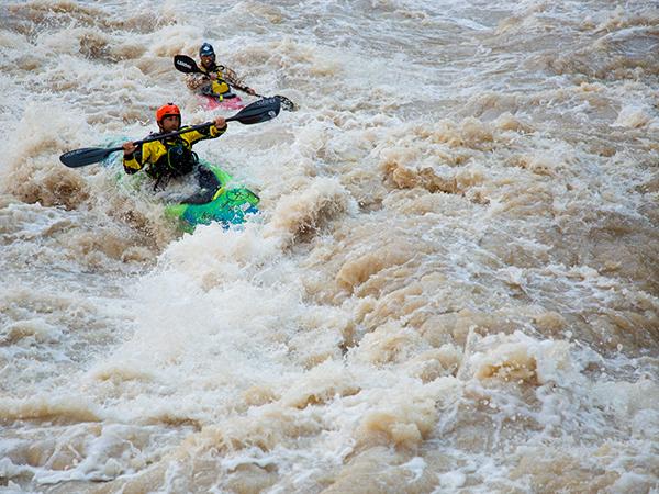 Οι Erik Weihenmayer και Lonnie Bedwell στα αφρισμένα νερά του ποταμού Κολοράντο | Photo (c) James Q. Martin