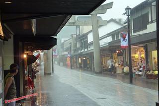 P1060465 Calle de tiendas hacia la estacion (Dazaifu) 12-07-2010 copia
