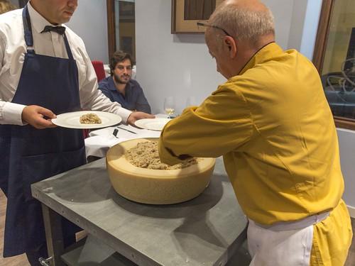Risotto preparado en la rueda de parmesano