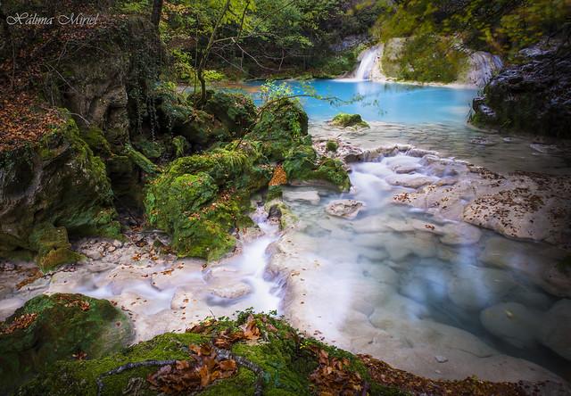 El rio de aguas azul turquesa.