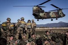 """Un HT-17 """"Chinook"""" de las #FAMET toma tierra para embarcar al personal británico durante el lanzamiento de preparación del ejercicio Listed Paratrooper."""