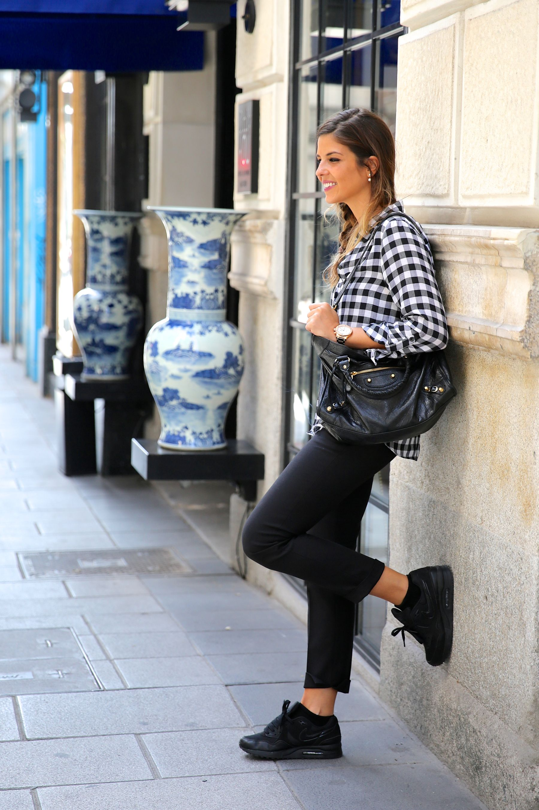 trendy_taste-look-outfit-street_style-only_you-blog-blogger-fashion_spain-moda_españa-plaid_shirt-air_max-nike-camisa_cuadros-balenciaga-city_bag-2