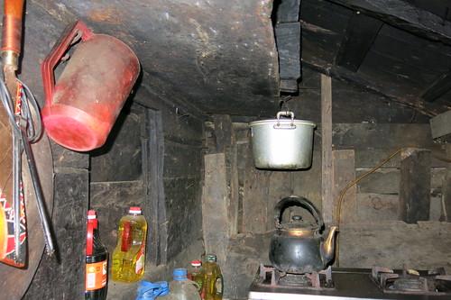 屋內為日常起居的生活空間,鍋碗瓢盆一應俱全。攝影/何怡君