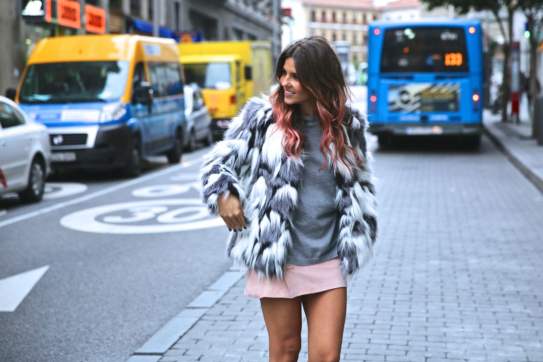 trendy_taste-look-outfit-street_style-ootd-blog-blogger-fashion_spain-moda_españa-falda_rosa-pink_skirt-abrigo_pelo-leather-piel-biker_boots-botas_moteras-rock-ghd-aecc-6