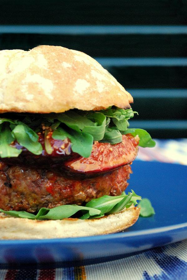 hamburguesa mallorquina de sobrasada de Mallorca e higos confitados