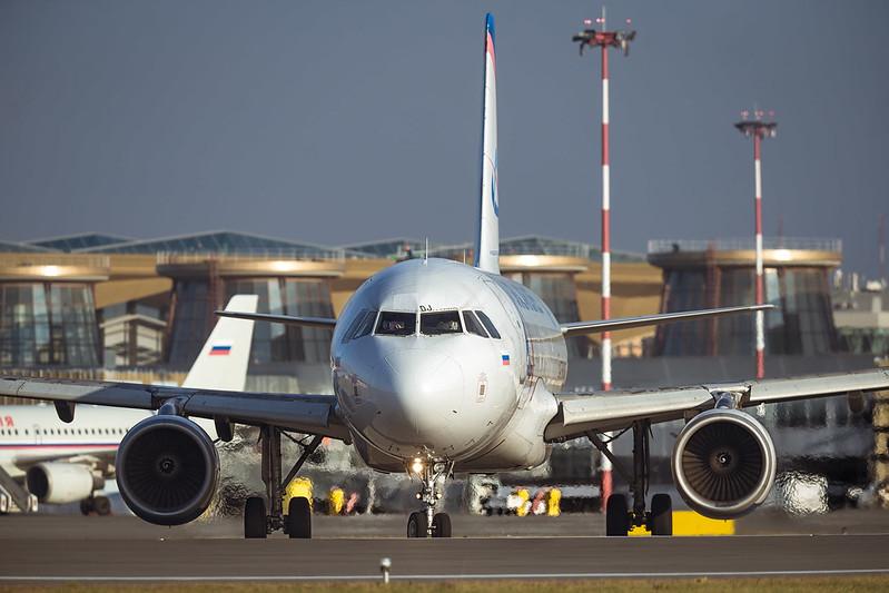 Самолёт Airbus в аэропорту Пулково