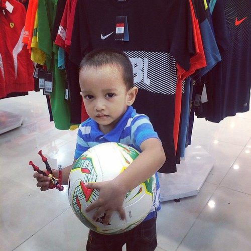 #hanif posing dengan ball #kelabBloggerBenAshaari #ABeautifulMess #play #instagram #instadaily #malaysia #woman #heart #love #book #mother #projectlife #projectlife2014 #project365 #dailyphoto #photoaday #novel #reading #like4like #projectlifeapp #likefor