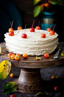 Apfel-Zimt-Torte mit gebräunter Butter,dekoriert mit Zieräpfel