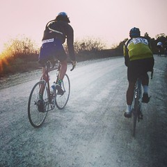 Riding at sunset, such an emotion every year at the #eroica #vintage #stradebianche #tuscany