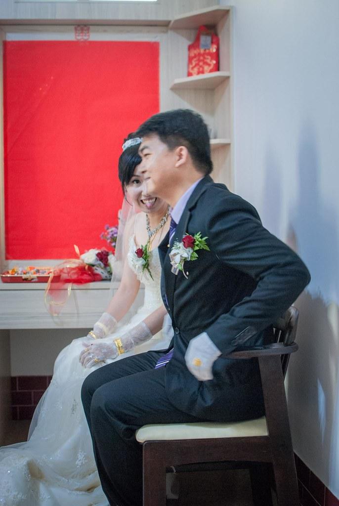活潑的新娘看到攝影師在拍她故意做出鬼臉
