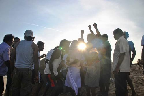 115 Atardecer en la playa, fiesta con locales y anochece en el templo en Kirinda (7)