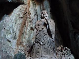 Estatua de Buda en las montañas de mármol de Dan Ang (Vietnam)