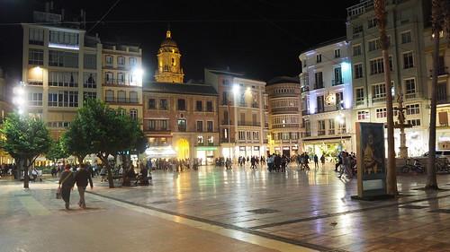 Cae la noche sobre Málaga.
