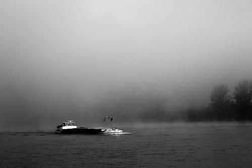 blackandwhite bw fog sunrise nebel minolta sony schwarzweiss rhine rhein barge rheinland burg rhinevalley nebelig marksburg rhinelandpalatinate lastschiff sonyα900 minoltaaf100mm120