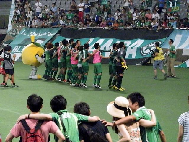 ピッチサイドシートで観戦していたサポーターも勝利のラインダンス。